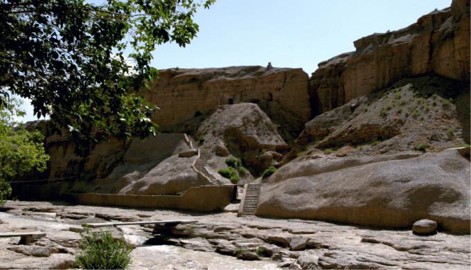 记得看过一段话:旅途中,大家都忙着认识各种人来丰富自己的生命,但最有价值的遇见,却是在一个瞬间重遇了自己。当我和朵拉摸黑跟着上班的骆驼想从骆驼场钻进去看日出却被看门人赶出来,当我们爬到沙山顶上害怕得发抖直到有别人上到山顶 朵拉 才说这下不怕只有我们被狼吃掉了,当我的相机在太阳刚冒出头却发出故障99的提示再也按不下快门,而只能用眼睛记录一切却发现这样也挺好,当我看完日出沾沾自喜转头却发现 朵拉 根本不在意那个太阳而是在努力把自己埋进沙子里她其实就是当初那个小小的简单而直接的我,这大概是这次旅行我最高兴的发