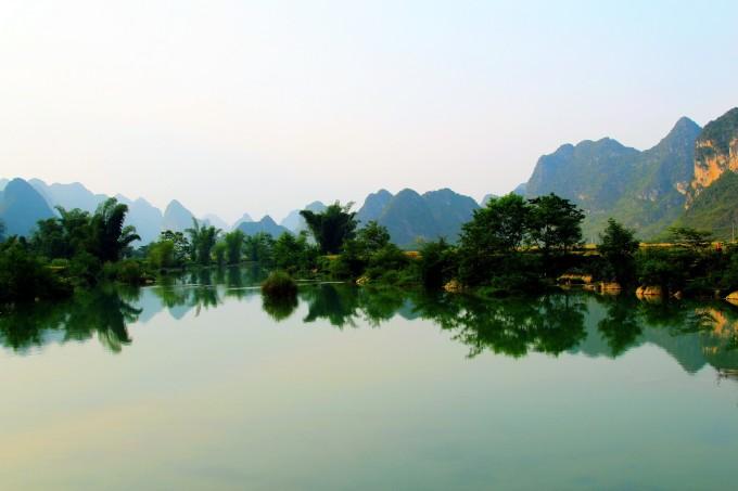 桂林山水甲天下,一句被人传颂了无数遍的佳话。桂林山水的美,无需多言,可你是否知道,其实,在广西的西南部的靖西县境内,处处都是小桂林呢? 这个小桂林,安静,低调,即便是在各个著名景点人潮汹涌,而她的山依然静谧,她的水依然悠然,她的人民依然和往常一样耕种,撒网,收获。 靖西,是一片纯净而绝美的存在,不仅仅在风景上有着与桂林般秀美的神韵,更保留了其古朴自然的感觉,行走靖西,你会不知不觉的被它迷醉其中。