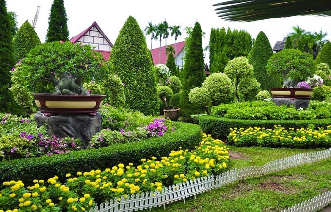 漫步在绿树丛中,几个泰式屋檐若隐若现,一种融入大自然的亲切感.图片