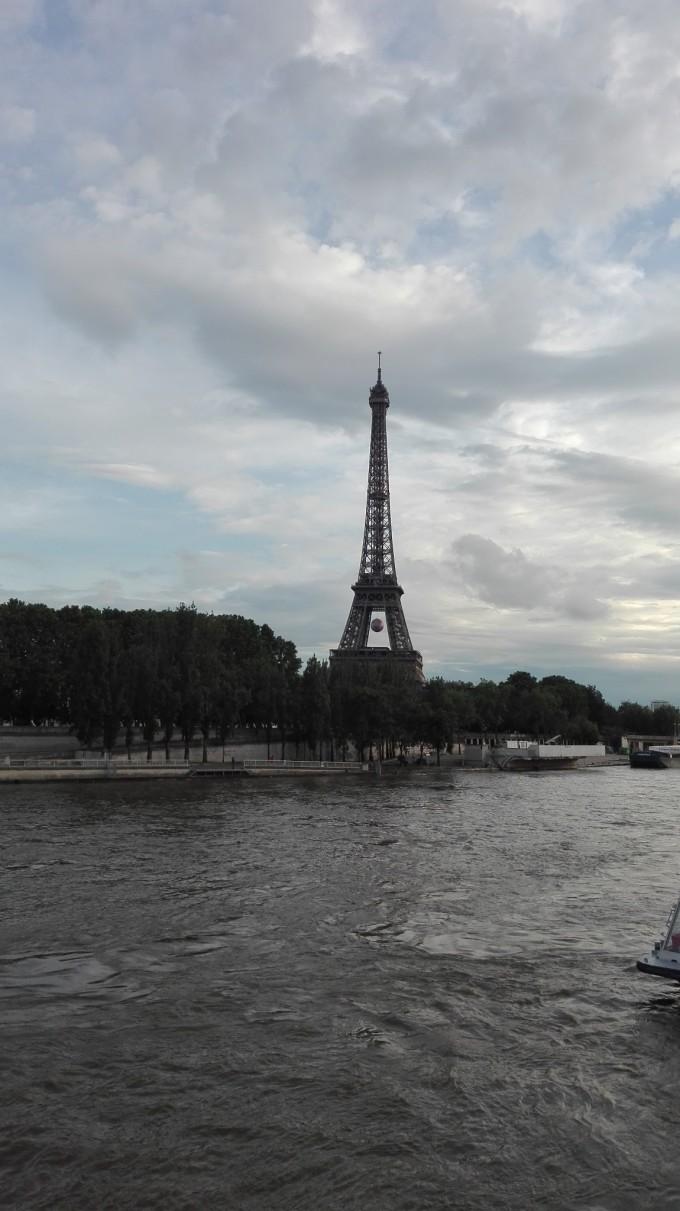 17号,早晨起来,坐地铁去往罗浮宫,这里是来巴黎必游之地。卢浮宫位于巴黎市中心的塞纳河北岸,位居世界四大历史博物馆之首。卢浮宫始建于1204年,原是法国的王宫,居住过50位法国国王和王后,是法国文艺复兴时期最珍贵的建筑物之一,以收藏丰富的古典绘画和雕刻而闻名于世。现为卢浮宫博物馆,历经800多年扩建重修达到今天的规模,宫前的金字塔形玻璃入口,是华人建筑大师贝聿铭设计的。1793年8月10日,卢浮宫艺术馆正式对外开放,成为一个博物馆。 卢浮宫藏有被誉为世界三宝的《维纳斯》雕像、《蒙娜丽莎》油画和《胜利女神》