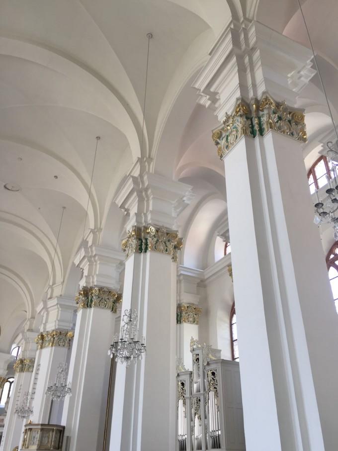 会堂白色的方柱,柱顶上采用蓝金色加以装饰,与外观的传统欧式建筑相比