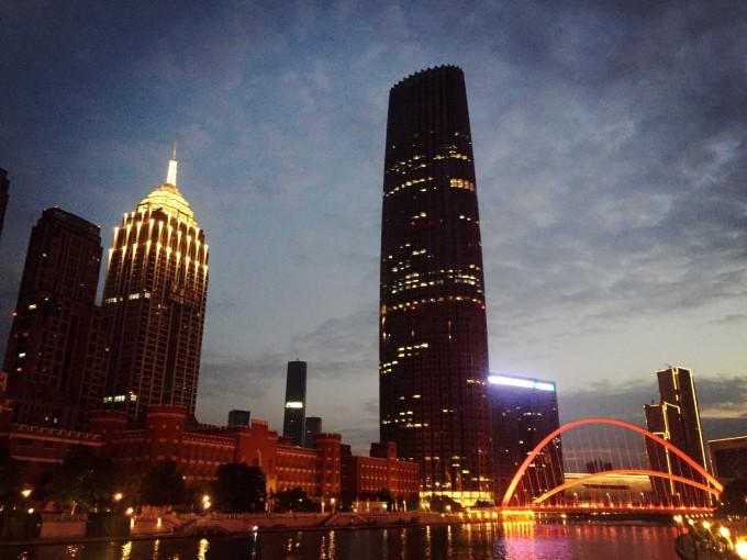 欣赏着夜景,美美的欧式风格建筑的夜景